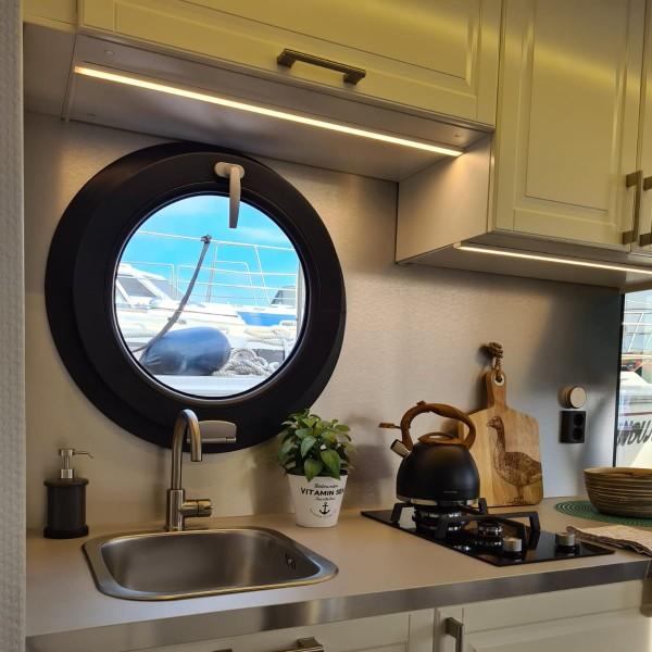 comfortklasse XL Otter Easy Houseboats keuken met raamuitzicht