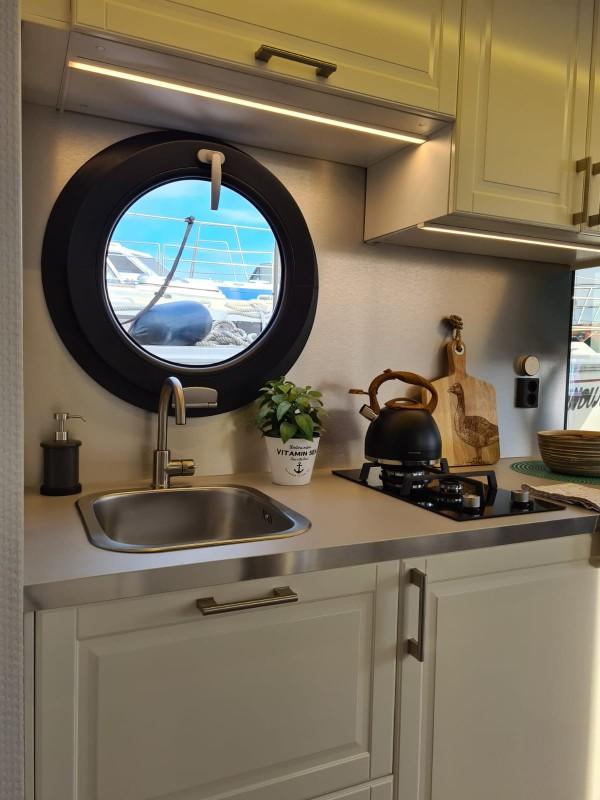 comfortklasse XL Otter Easy Houseboats keuken met raamuitzicht web