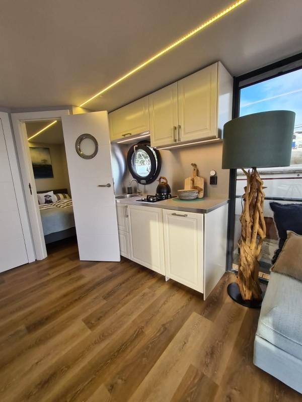 comfortklasse XL Otter Easy Houseboats keuken met slaapkamer web