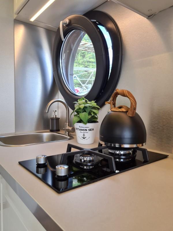 comfortklasse XL Otter Easy Houseboats keukenaanrecht met kookstel web