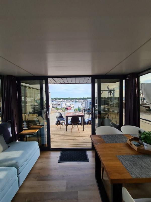 comfortklasse XL Otter Easy Houseboats woonkamer met terras web