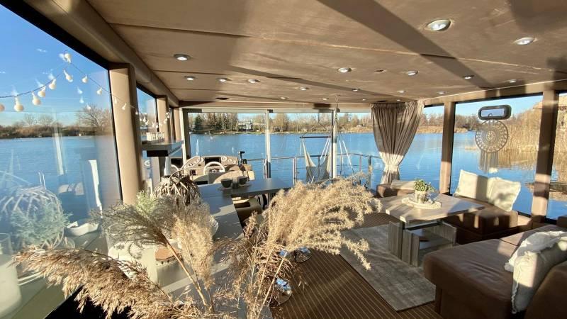 Luxboot interieur eethoek