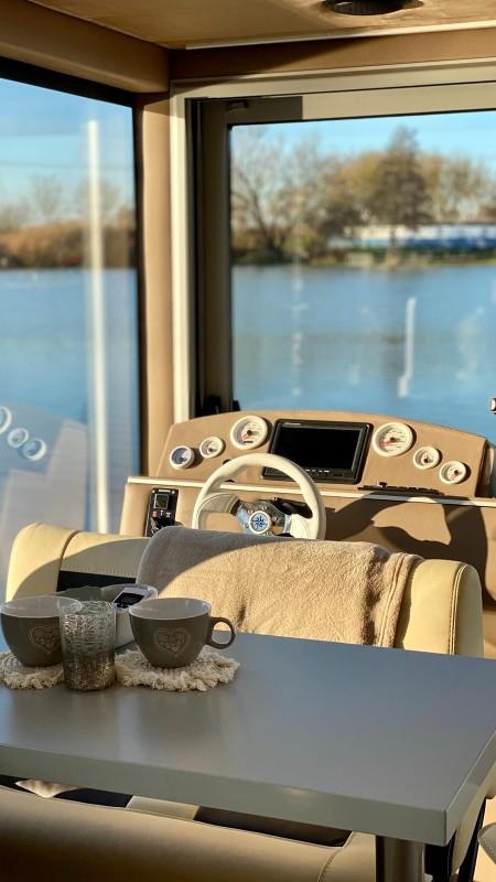 Luxboot interieur stuurplaats